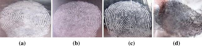 Résultats comparatifs de visualisation d'empreintes latentes sur une feuille d'aluminium avec a) silica gel b) poudre blanche c) poudre grise claire d) poudre noire