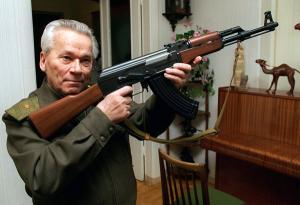 Mikhail Kalachnikov montrant un modèle de son AK-47