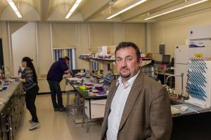 Jan HALAMALEK, biochimiste au service des sciences forensiques